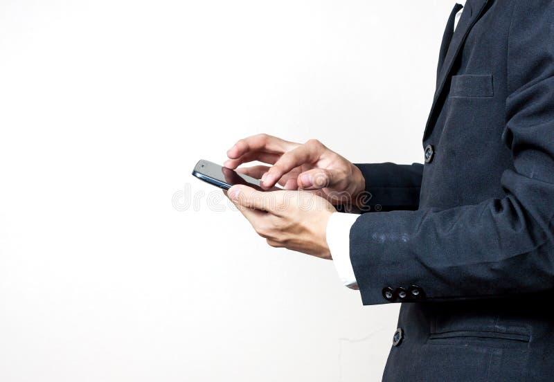 Uomo d'affari facendo uso di uno smartphone digitale immagine stock