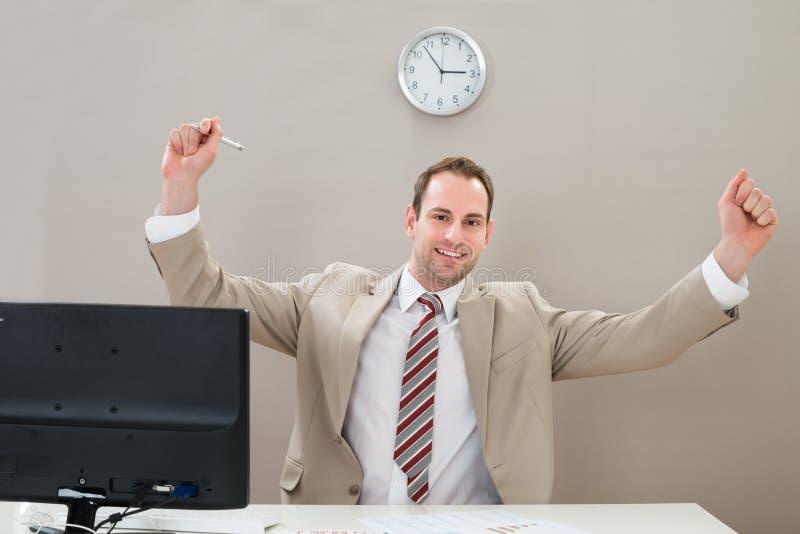 Download Uomo D'affari Felice Allo Scrittorio Immagine Stock - Immagine di persona, allegro: 55352081