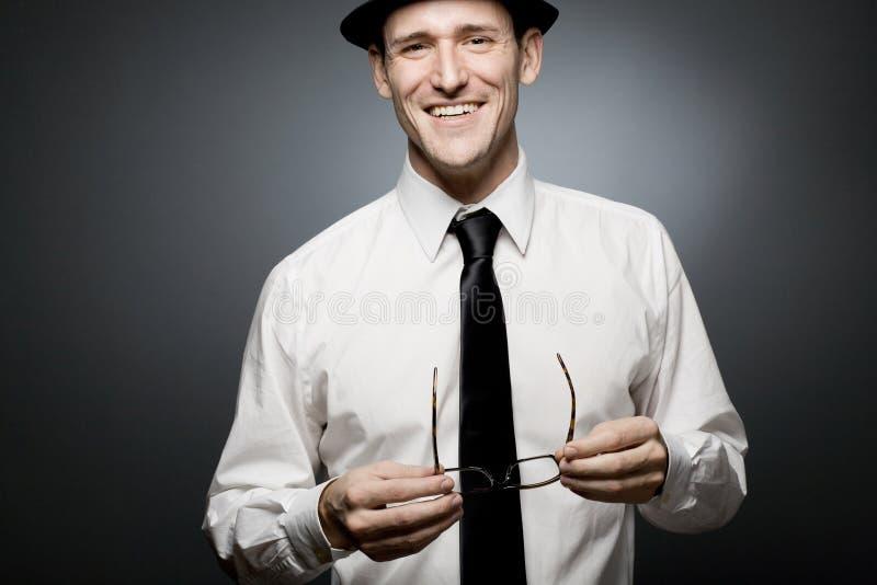 Uomo d'affari felice in camicia bianca e cappello nero. fotografia stock libera da diritti