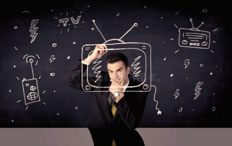 Uomo d'affari felice che disegna TV e radio immagine stock libera da diritti