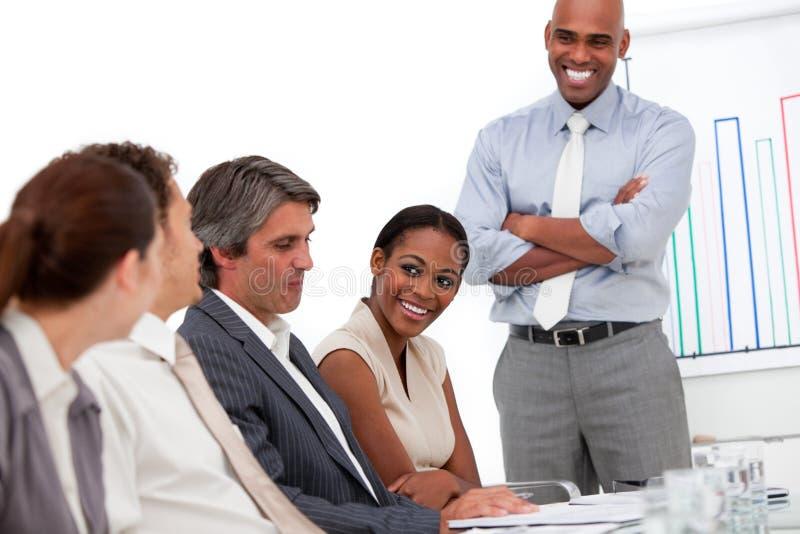 Uomo d'affari felice che fa una presentazione immagini stock
