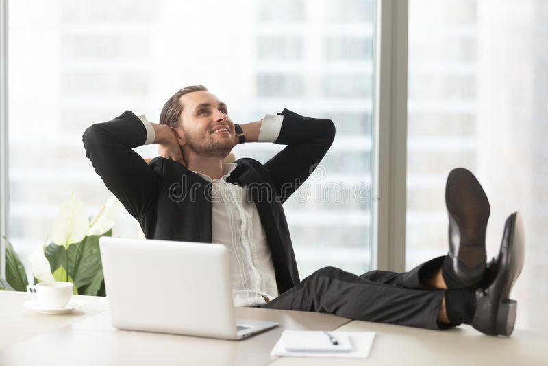 Uomo d'affari felice che pensa alle buone prospettive immagini stock
