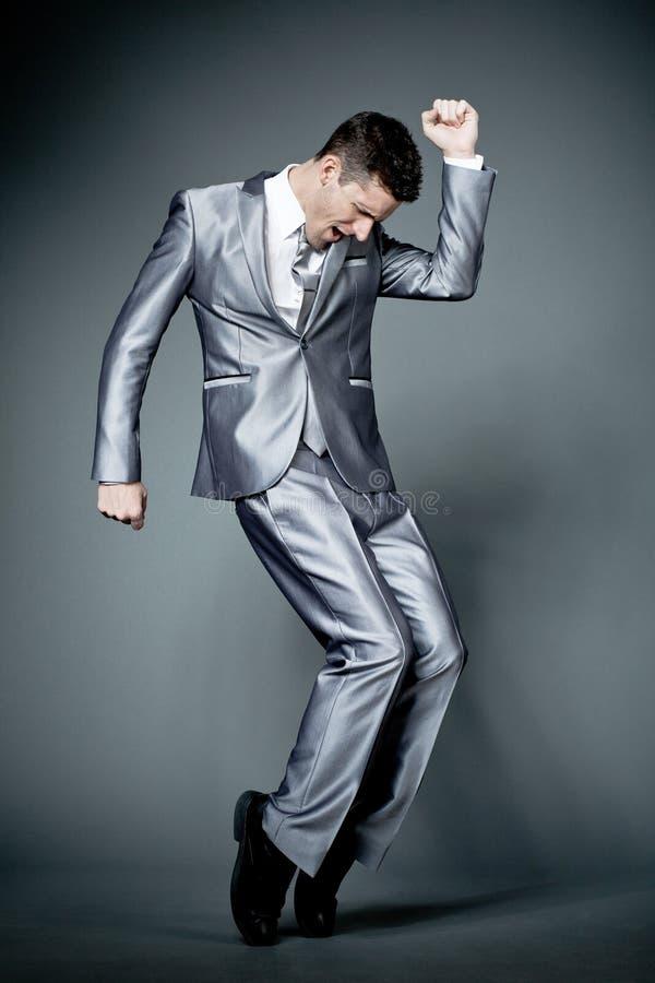 Uomo d'affari felice in vestito grigio. fotografia stock libera da diritti
