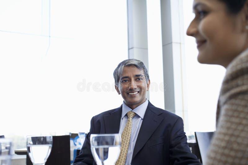 Uomo d'affari With Female Colleague in ristorante immagini stock