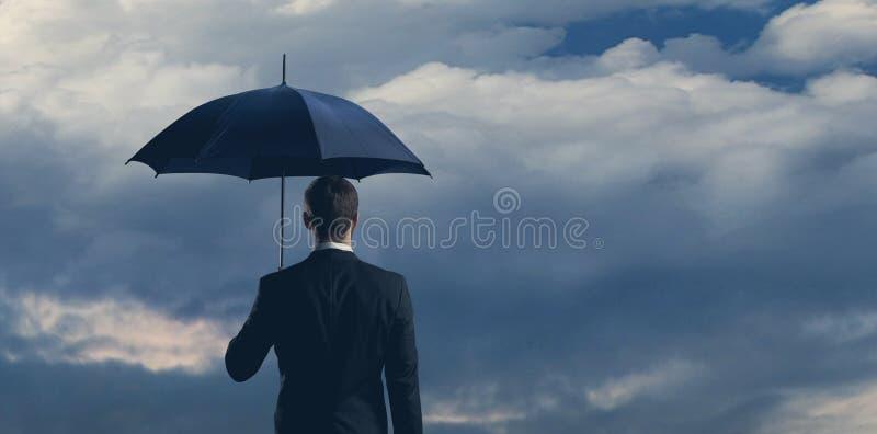 Uomo d'affari in formalwear sopra fondo scuro Affare, finanza, carriera e concetto dell'ufficio fotografie stock libere da diritti