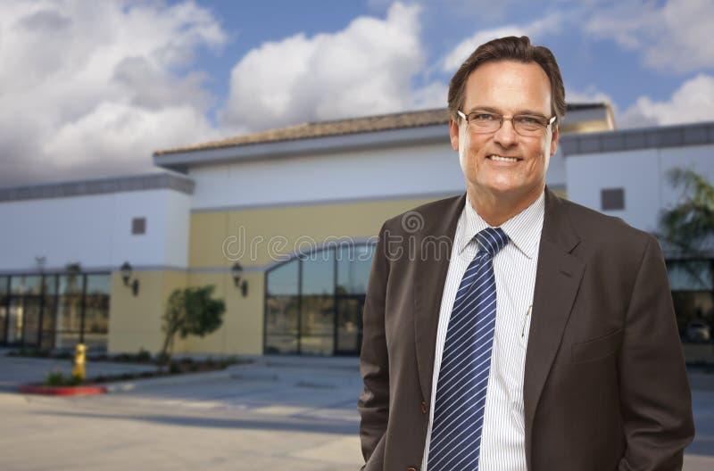 Uomo d'affari In Front dell'edificio per uffici libero. fotografie stock