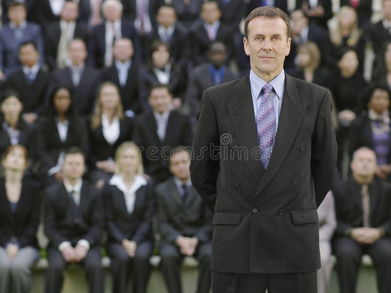 Uomo d'affari In Front Of Multiethnic Executives fotografia stock libera da diritti