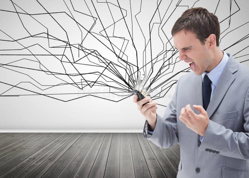 Uomo d'affari furioso che esamina il suo telefono cellulare fotografie stock libere da diritti