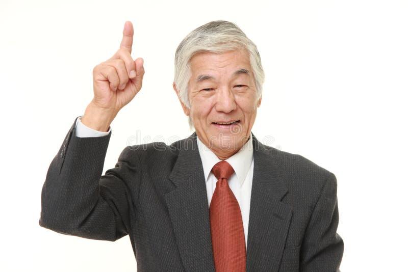Uomo d'affari giapponese senior che indica su fotografie stock libere da diritti