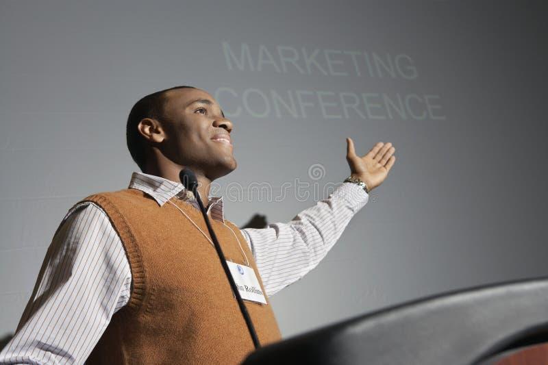 Uomo d'affari Giving Presentation fotografia stock