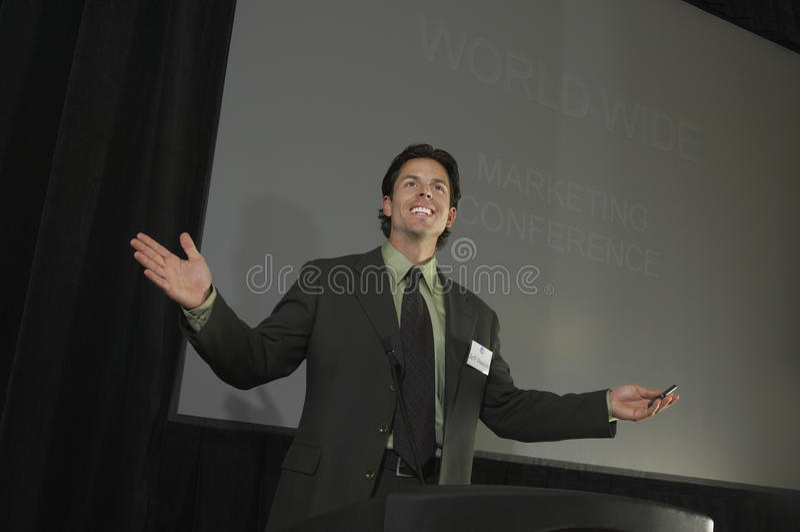 Uomo d'affari Giving una conferenza fotografia stock libera da diritti