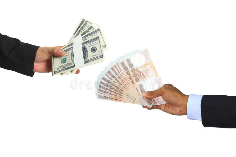 Uomo d'affari Hand con il dollaro dei usd di scambio ed i fondi della Tailandia su fondo bianco, concetto di cambio immagini stock