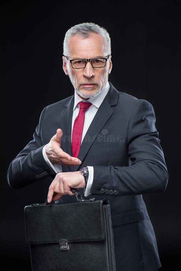 Uomo d'affari Holding Briefcase immagine stock