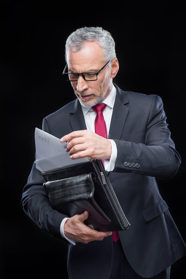 Uomo d'affari Holding Briefcase immagini stock