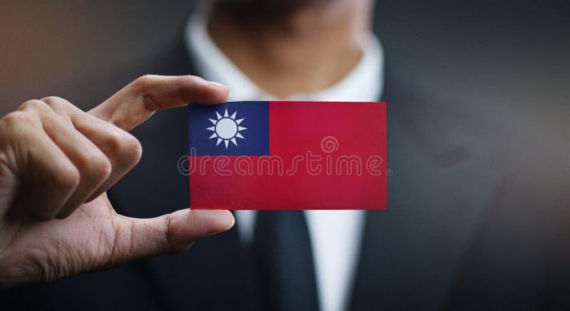 Uomo d'affari Holding Card della bandiera di Taiwan immagine stock