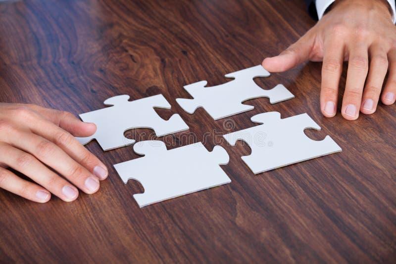 Uomo d'affari Holding Jigsaw Puzzle immagini stock libere da diritti