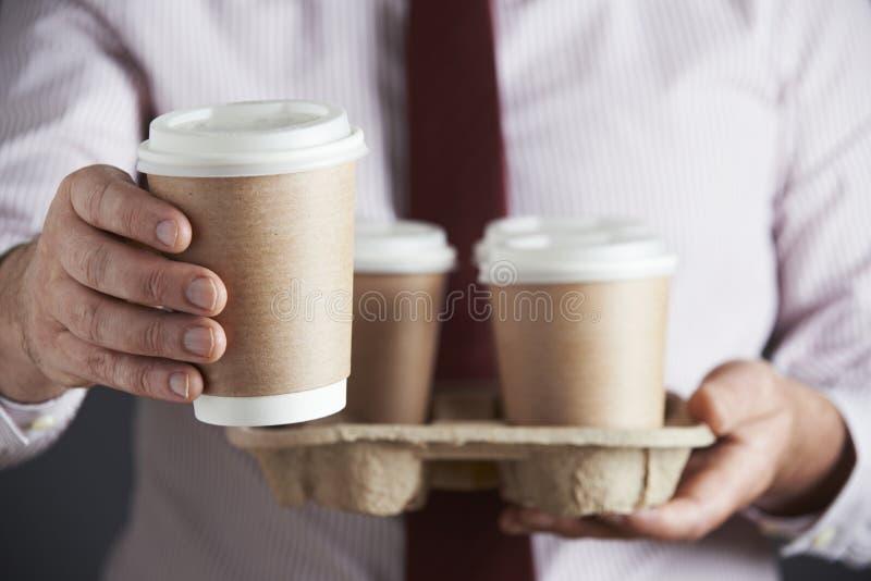 Uomo d'affari Holding Tray Of Takeaway Coffee fotografie stock libere da diritti