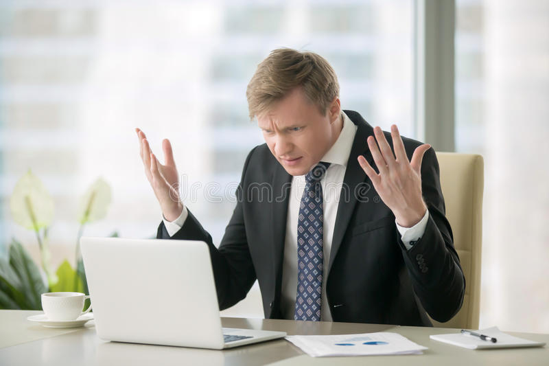 Uomo d'affari imbarazzato in ufficio fotografie stock libere da diritti