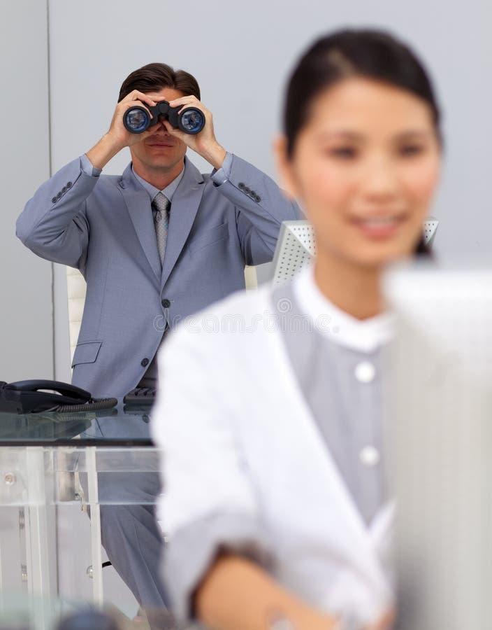 Uomo d'affari immaginario che per mezzo del binocolo fotografie stock libere da diritti