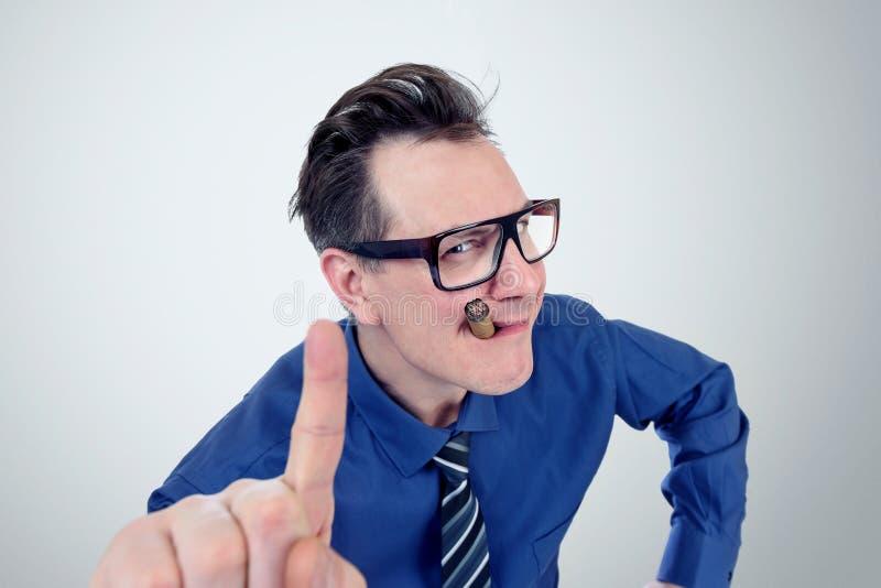 Uomo d'affari ingannevole con i vetri e un sigaro che mostra i pollici Non sia concetto imbrogliato fotografie stock