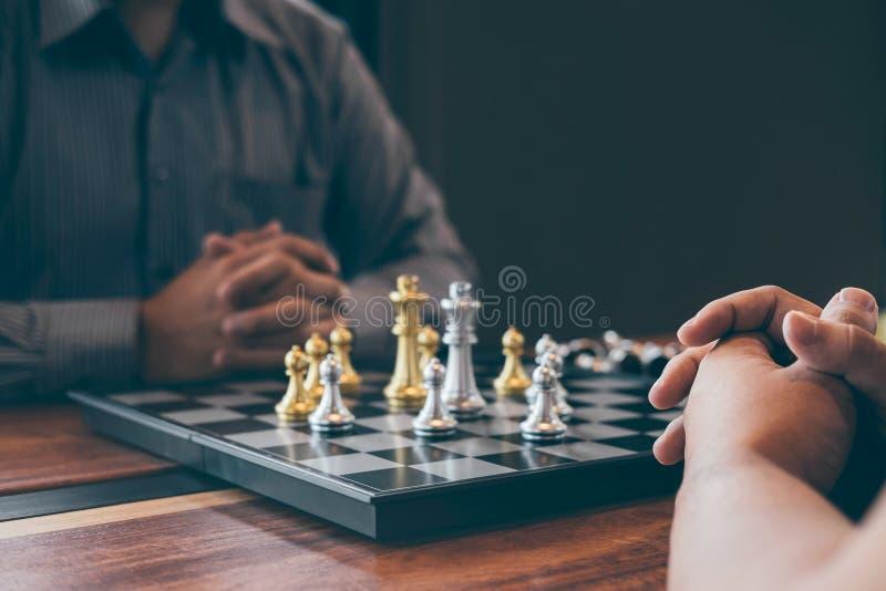 Uomo d'affari intelligente che gioca la concorrenza con il gruppo opposto, affare di progettazione del gioco di scacchi strategic immagine stock
