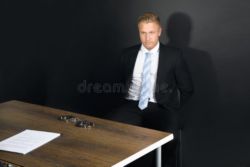 Uomo d'affari In Interrogation Room fotografia stock libera da diritti