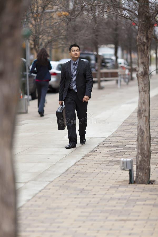 Uomo d'affari ispanico - camminando con la cartella fotografia stock libera da diritti