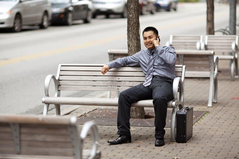 Uomo d'affari ispanico - chiacchierando sul telefono delle cellule fotografie stock