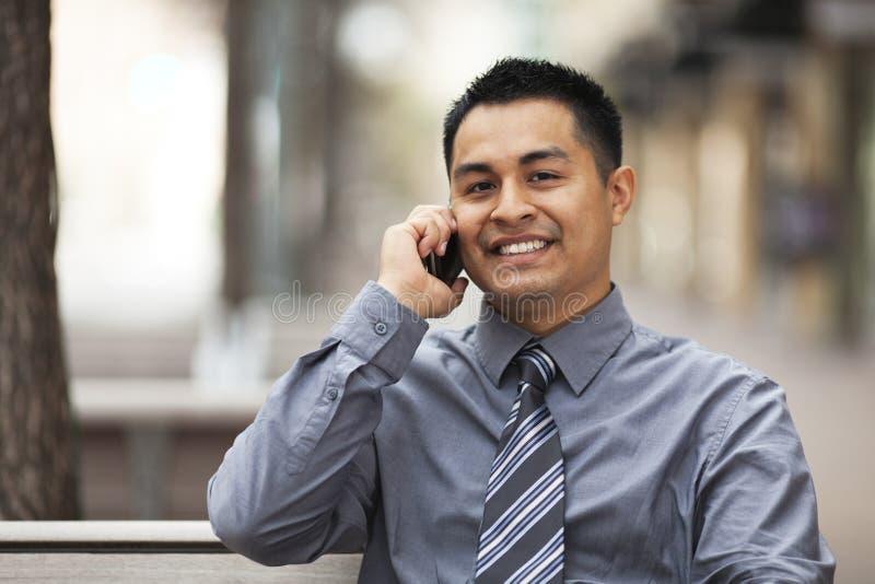 Uomo d'affari ispanico - chiacchierando sul telefono delle cellule immagini stock