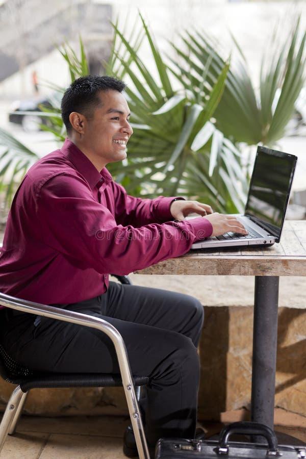 Uomo d'affari ispanico - commutazione a distanza dal caffè fotografia stock