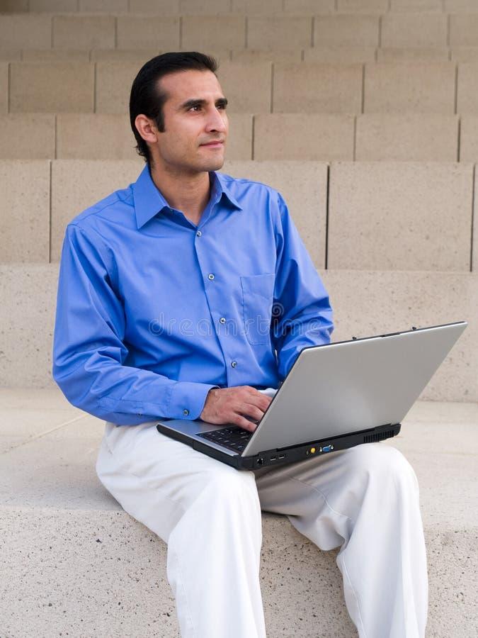 Uomo d'affari ispanico - computer portatile fotografia stock