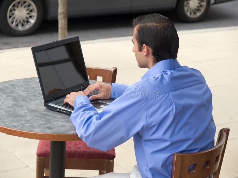 Uomo d'affari ispanico - computer portatile immagine stock