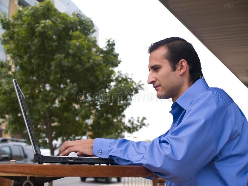 Uomo d'affari ispanico - computer portatile fotografie stock libere da diritti