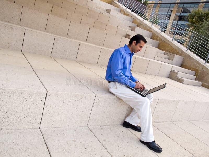 Uomo d'affari ispanico sul computer portatile fotografie stock