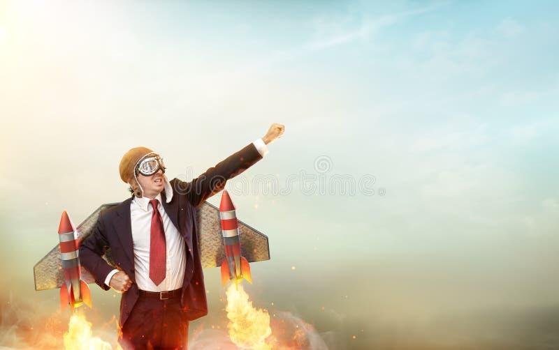 Uomo d'affari With Jetpack On dell'aviatore il suo indietro fotografia stock