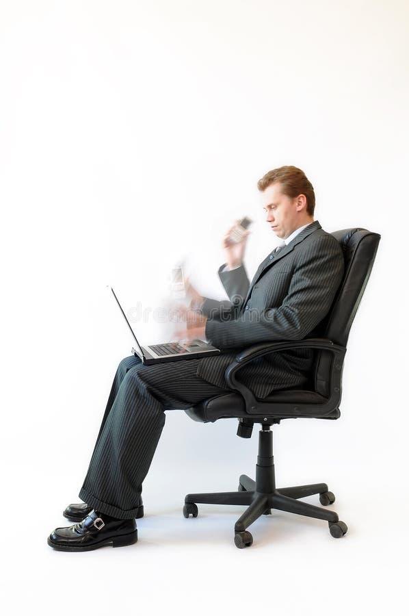 Uomo d'affari laborioso che effettua alcune operazione. fotografia stock libera da diritti