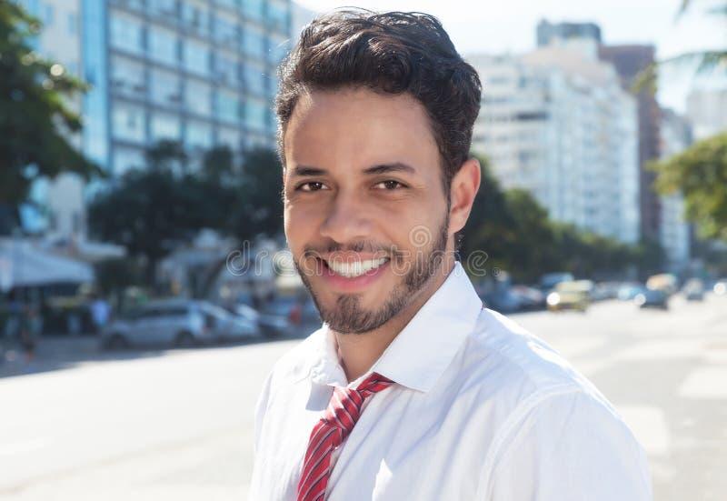 Uomo d'affari latino di risata nella città fotografia stock libera da diritti