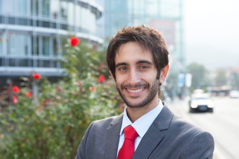 Ufficio In Latino : Uomo d affari latino felice con la barba davanti al suo ufficio