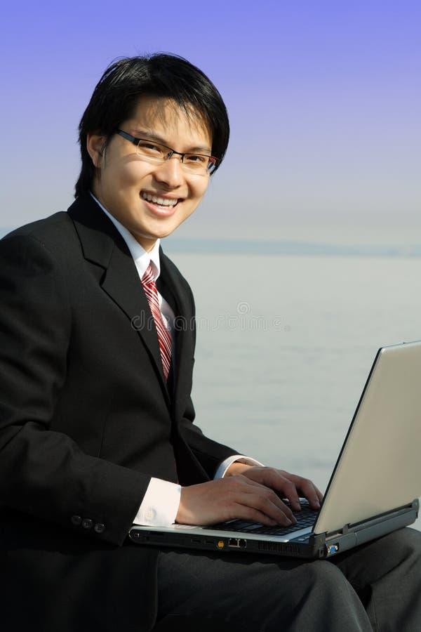 Uomo d'affari lavorante fotografia stock