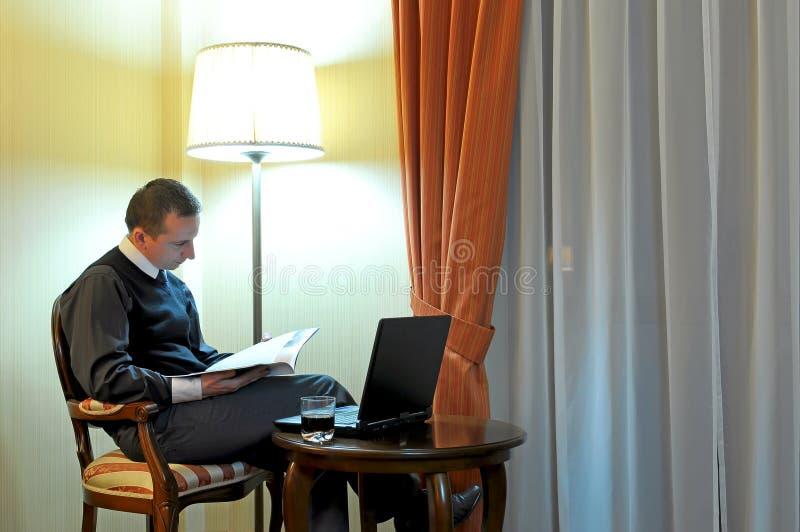 Uomo d'affari lavorante immagine stock