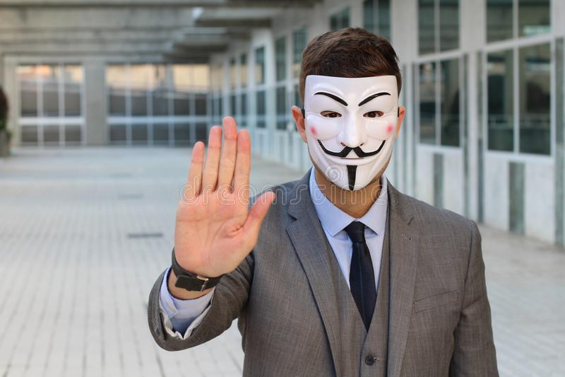 Uomo d'affari mascherato misterioso che chiede voi di fermarsi immagini stock libere da diritti