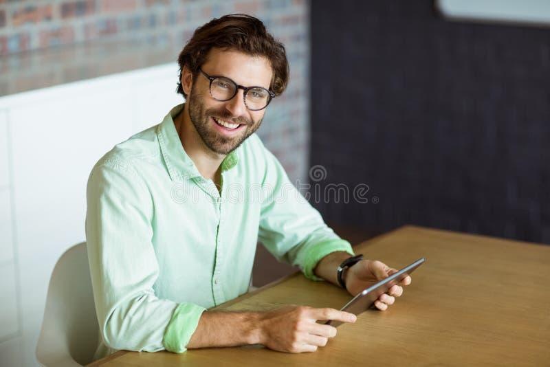 Uomo d'affari maschio che tiene compressa digitale fotografia stock libera da diritti