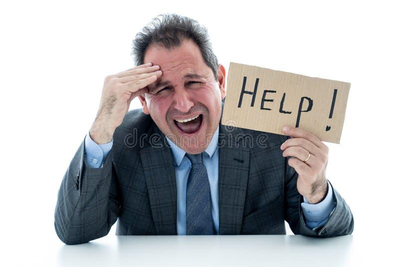 Uomo d'affari maturo attraente enorme e stanco tenendo un segno di aiuto immagine stock