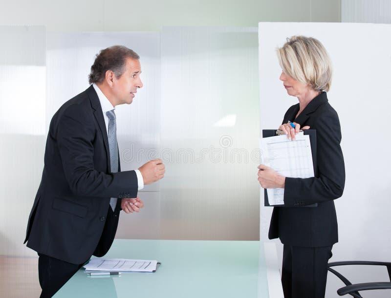 Uomo d'affari maturo And Businesswoman Fighting fotografia stock libera da diritti