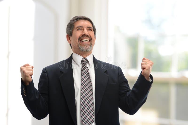 Uomo d'affari maturo che celebra immagini stock libere da diritti