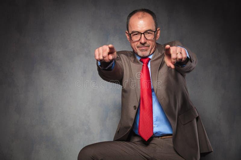 Uomo d'affari maturo che indica le dita immagini stock libere da diritti