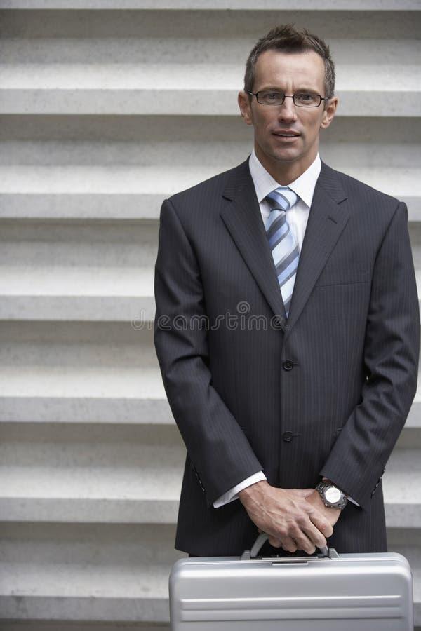 Uomo d'affari maturo Holding Briefcase fotografie stock