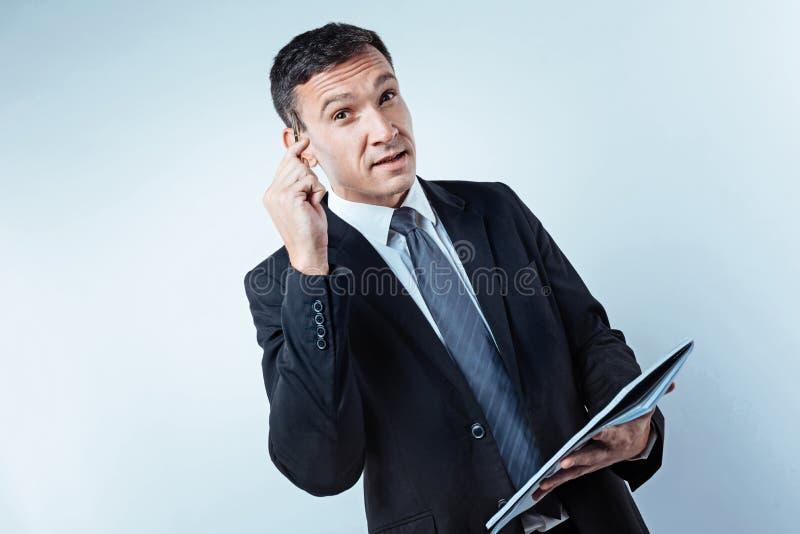Uomo d'affari maturo pensieroso che pensa al progetto futuro fotografia stock