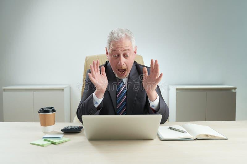 Uomo d'affari maturo Received Negative News fotografie stock libere da diritti