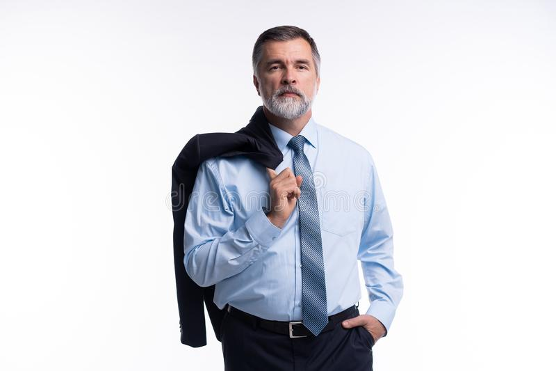Uomo d'affari maturo soddisfatto felice che esamina macchina fotografica isolata su fondo bianco fotografie stock libere da diritti